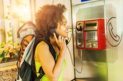 Le kvinnan som använder den offentliga telefonen Arkivfoton