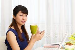 Le kvinnan som anv?nder en smart telefon fotografering för bildbyråer