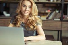 Le kvinnan som arbetar på hemmastadd kontorsarbetsplats för bärbar dator Royaltyfri Fotografi