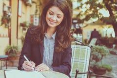 Le kvinnan som arbetar på kafét close upp royaltyfri foto