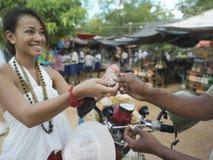 Le kvinnan som betalar på gatamarknaden arkivfoton