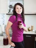 Le kvinnan som dricker den nya frukt-drinken Arkivfoton