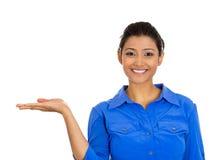 Le kvinnan som gör en gest till utrymme på vänstersida arkivbild