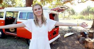 Le kvinnan som har gyckel parkera in, under musikfestivalen 4k stock video