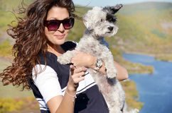 Le kvinnan som kramar hennes hund Royaltyfria Bilder