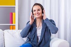 Le kvinnan som lyssnar till musik arkivbild
