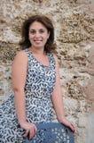 Le kvinnan som poserar nära stol Royaltyfri Foto