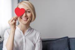 Le kvinnan som rymmer hjärta nära öga arkivbild