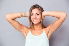 Le kvinnan som täcker henne öron Arkivfoto