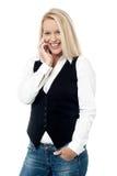 Le kvinnan som talar på mobiltelefonen Fotografering för Bildbyråer