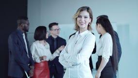 Le kvinnan som tillbaka ser till kollegor lager videofilmer
