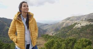 Le kvinnan som uppskattar freden av naturen royaltyfri fotografi
