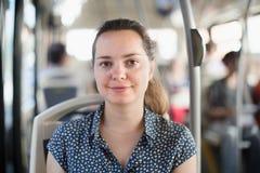 Le kvinnapassageraren som offentligt sitter bussen royaltyfria foton