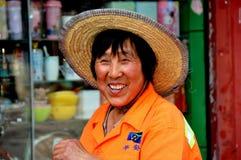 Pixian gammal Town, Kina: Kvinna som ha på sig sugrörhatten royaltyfria bilder