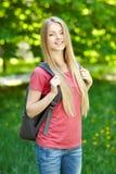 Le kvinnastudenten med ryggsäcken royaltyfri fotografi