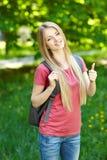 Le kvinnastudenten med ryggsäcken arkivbild