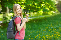 Le kvinnastudenten med ryggsäcken arkivfoto