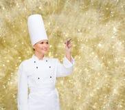Le kvinnlig kockhandstil något på luft Arkivfoto