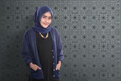 Le kvinnligt anseende för asiatiska muslim med den traditionella klänningen Royaltyfri Fotografi