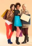 Le kvinnor med shoppingpåsar royaltyfri bild