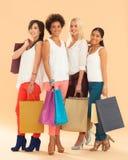 Le kvinnor med shoppingpåsar arkivfoto