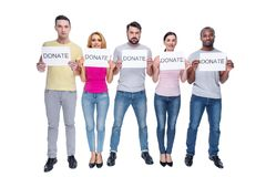 Le kvinnor och män som frågar för donation arkivbilder