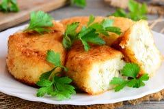 Le légume durcit avec l'oeuf bourrant sur un plat blanc Gâteaux cuits du chou-fleur et des pommes de terre et bourrés des oeufs c Photo libre de droits