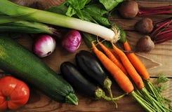 Le légume a placé - des poireaux, oignons, courgette, aubergine, carottes, toma Photo libre de droits