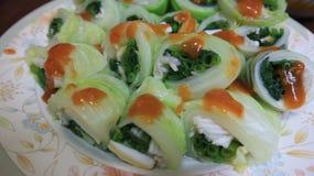 Le légume roule avec des sauces épicées images libres de droits