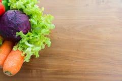 Le légume sain dans le panier a mis dessus la table en bois Photo libre de droits
