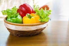 Le légume sain dans le panier a mis dessus la table en bois Photo stock