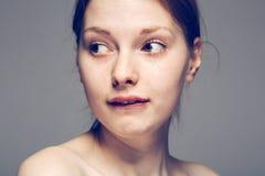 Le labbra del ritratto della donna con i denti affrontano il bianco nero Fotografia Stock