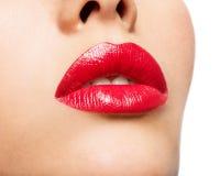 Le labbra della donna con rossetto rosso Immagini Stock Libere da Diritti