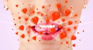 le labbra di signora con i cuori rossi adorabili si chiudono su Fotografie Stock Libere da Diritti