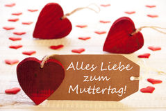 Le label avec des beaucoup coeur rouge, Muttertag signifie le jour de mères Images stock