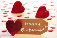 Le label avec des beaucoup coeur rouge, textotent le joyeux anniversaire Photo libre de droits