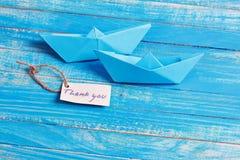 Le label avec les mots vous remercient Bateau de papier avec un signe photo libre de droits