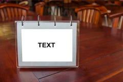 Le label blanc pour le texte ou l'image est placé sur la table Images libres de droits