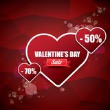Le label ou l'autocollant de vente de forme de coeur de jour de valentines sur le fond rouge abstrait avec la tache floue s'allum Photos libres de droits