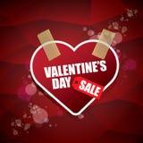 Le label ou l'autocollant de vente de forme de coeur de jour de valentines sur le fond rouge abstrait avec la tache floue s'allum Photo stock