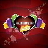 Le label ou l'autocollant de vente de forme de coeur de jour de valentines sur le fond rouge abstrait avec la tache floue s'allum Photographie stock libre de droits