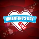 Le label ou l'autocollant de vente de forme de coeur de jour de valentines sur le fond rouge abstrait avec la tache floue s'allum Image libre de droits