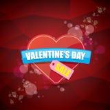 Le label ou l'autocollant de vente de forme de coeur de jour de valentines sur le fond rouge abstrait avec la tache floue s'allum Photos stock