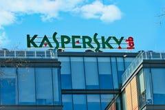 Le laboratoire de Kaspersky de signe sur le bâtiment du central téléphonique de Image stock