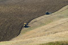 Le labourage des champs dans les collines de l'Italie Image libre de droits