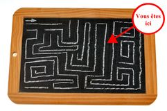 Le labyrinthe dessiné sur une ardoise d'école illustration stock