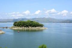 Le lac énorme a formé en raison de la construction électrique hydraulique de barrage de Magat, plaçant des villes sous l'eau Images stock
