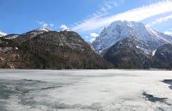 Le lac alpin a appelé Lago del Predil en Italie près de la ville a de Tarvisio Image stock