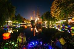 Le lac aux jardins de Tivoli la nuit, à Copenhague, le Danemark Images stock