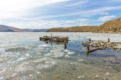 Le lac Baïkal au printemps vieille vue de couchette de la dérive de glace en petite mer des roches côtières Images stock